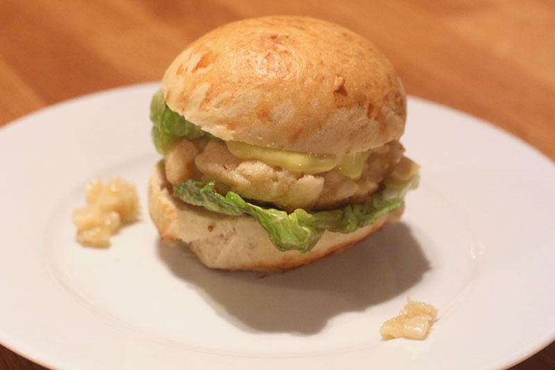 kabeljau burger mit oliven l mayonnaise gebratenen r mersalatherzen und spargel chutney yuu 39 n mee. Black Bedroom Furniture Sets. Home Design Ideas