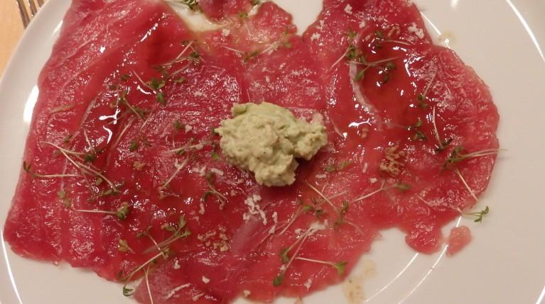 Tuna Carpaccio mit Avocadocreme