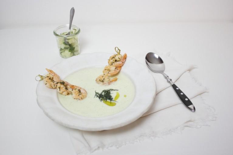 Gurken-Dill-Kaltschale mit Garnelen