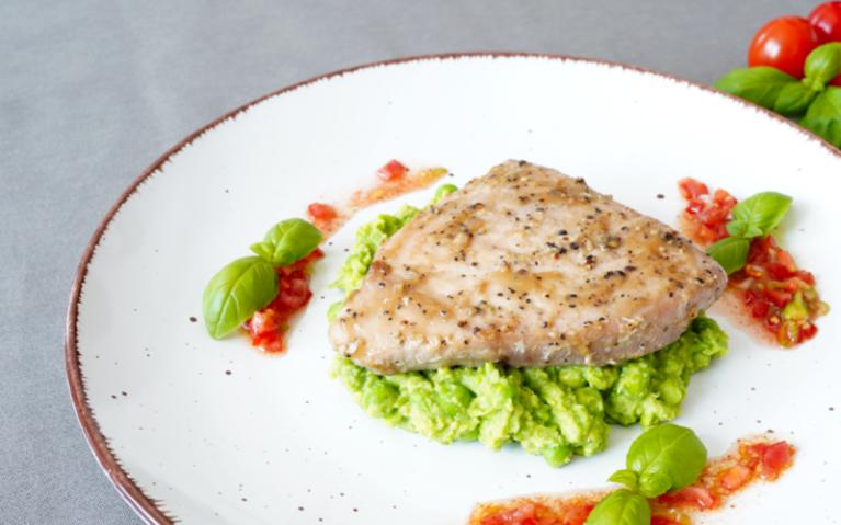 Thunfisch Steaks auf Erbsenpüree